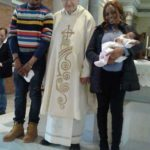 Kingsley e Blessing con la piccola Rebecca sull'altare della parrocchia di Germanedo con Don Allberto.