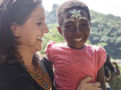 Julie con Giulia, un'educatrice del centro di accoglienza.