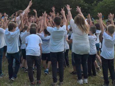 I bambini della primaria di Bonacina esultano al termine della recita di fine anno.