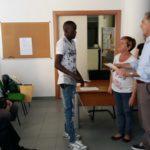 Il Sindaco di Calco consegna uno ad uno gli attestati ai richiedenti asilo.