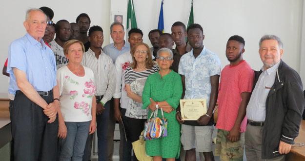 I richiedenti asilo di Calco con insegnanti e amministratori comunali.