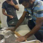 Preparando il chapati.